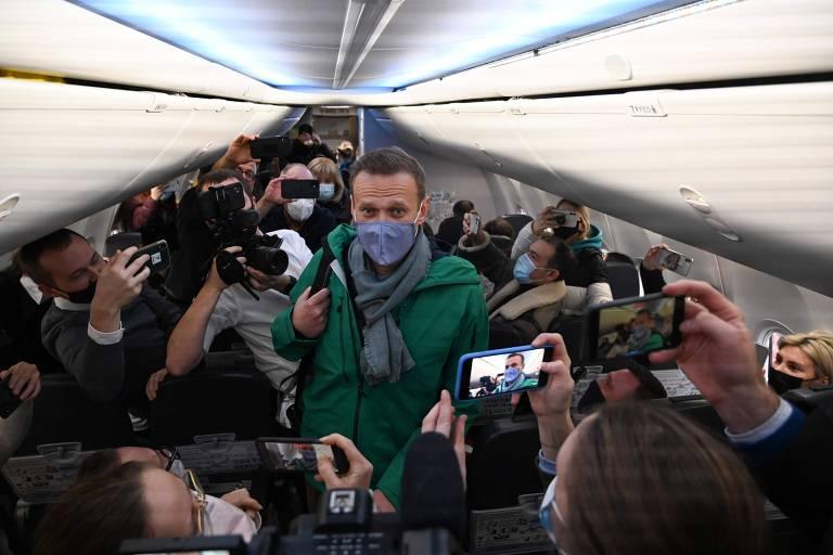 O líder opositor Alexei Navalni anda em avião para chegar a seu assento em vovo Berlim-Moscou, que o levará de volta à Rússia