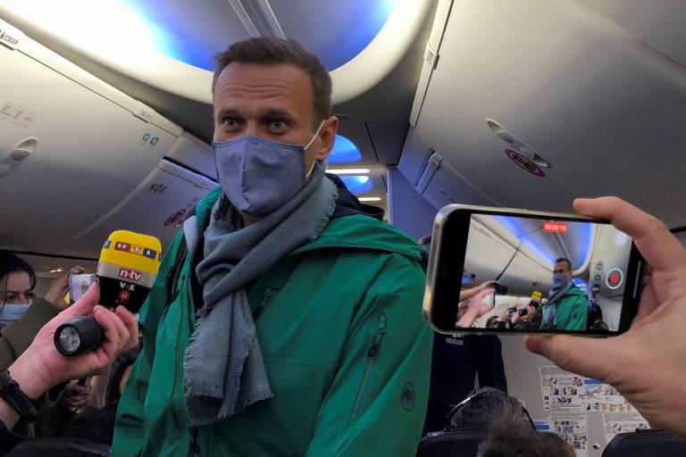 O opositor Navalni dentro do avião da companhia Pobeda, antes do voo que o levou de Berlim a Moscou