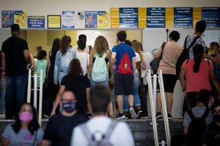 Estudantes aguardam início da prova do Enem no Objetivo da av. Paulista