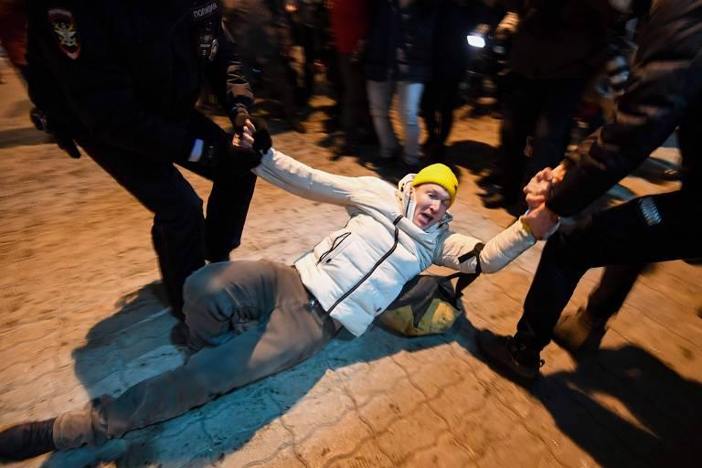 Policiais russos prendem apoiador de Navalni no aeroporto de Vnukovo, nos arredores de Moscou