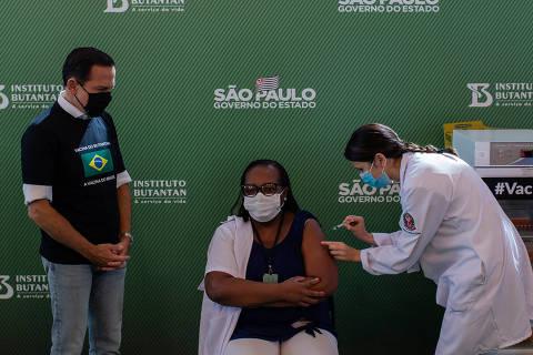 Minutos após aval da Anvisa, enfermeira de SP recebe a primeira vacina contra a Covid no Brasil
