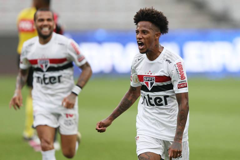 Tchê Tchê comemora o seu gol, o de empate do São Paulo contra o Athletico, em Curitiba