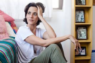 A atriz Mariana Lima em sua casa, no bairro Laranjeiras (RJ)
