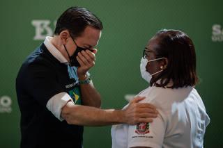 Enfermeira Monica Calazans torna-se a primeira brasileira a receber a Coronavac