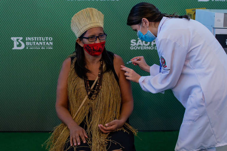 Enfermeira do Emílio Ribas é primeira vacinada contra Covid no Brasil