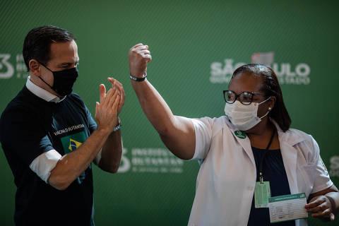 Com aprovação de vacina, Bolsonaro cai e Doria cresce em popularidade digital