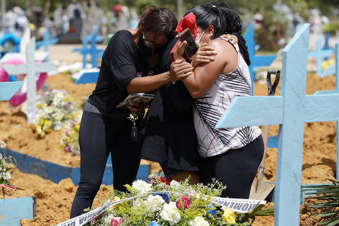 Relatives react during the burial of Jailton de Meneses, 43, who passed away due to the coronavirus disease (COVID-19) at Joao Lucio hospital, at the Parque Taruma cemetery in Manaus, Brazil, January 17, 2021. REUTERS/Bruno Kelly ORG XMIT: GGGRJO19