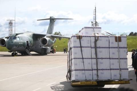 Ministério da Saúde faz confusão com voos, deixa autoridades esperando nos aeroportos e atrasa vacinação nos estados