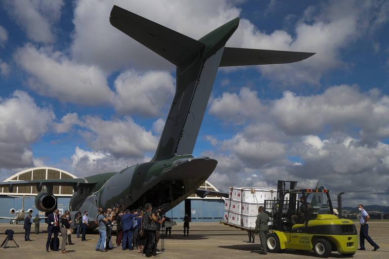 Carregamento de doses da Coronavac em avião da FAB em Guarulhos, para distribuição pelo Ministério da Saúde