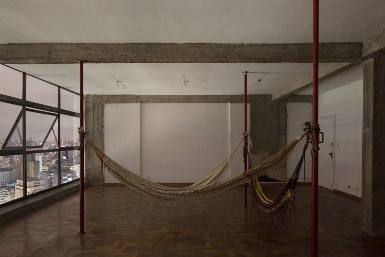 Veja imagens da intervenção 'Três Paus Três Redes o Fogo', de Thiago Benucci