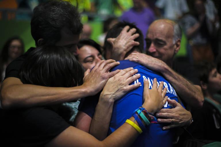 Hugo Calderano é abraçado por familiares durante a Rio-2016