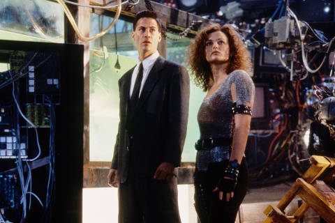 Keanu Reeves e Dina Meyer em cena do filme