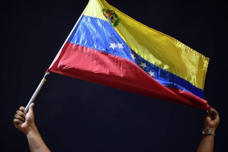 Homem segura bandeira da Venezuela durante manifestação na cidade de Guiria
