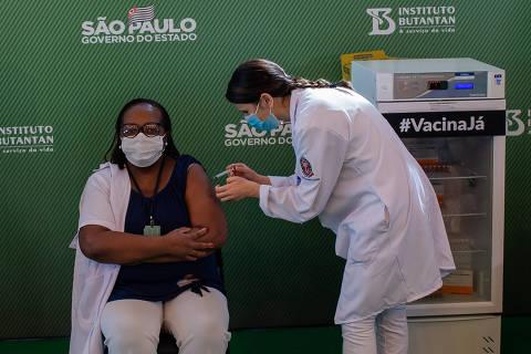 Profissionais de saúde receberão dose de reforço de vacina contra a Covid, diz Queiroga