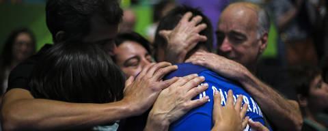 Hugo Calderano é abraçado por familiares durante a Rio-2016 (Crédito: Danilo Borges - 8.ago.2016/Divulgação Secretaria do Esporte)
