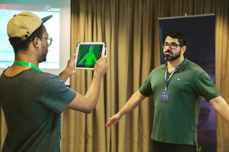 O paulistano Cairê Moreira, criador do Atelier 4.0, usa tablet para captação e digitalização da imagem do corpo em 3D
