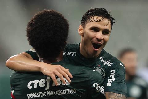 O jogador Raphael Veiga, da SE Palmeiras, comemora seu gol contra a equipe do SC Corinthians P, durante partida válida pela trigésima rodada, do Campeonato Brasileiro, Série A, na arena Allianz Parque. (Foto: Cesar Greco)