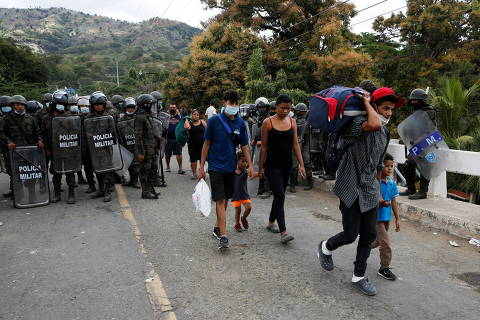 Honduran migrants walk toward El Florido border crossing point to return to their country after Guatemalan security forces cleared a road where they were camping after authorities halted their trek to the United States, in Vado Hondo, Guatemala January 18, 2021. REUTERS/Luis Echeverria ORG XMIT: GGGTBR18