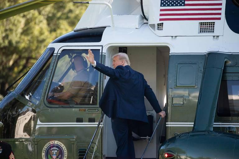 O presidente Donald Trump embarca em avião na Casa Branca