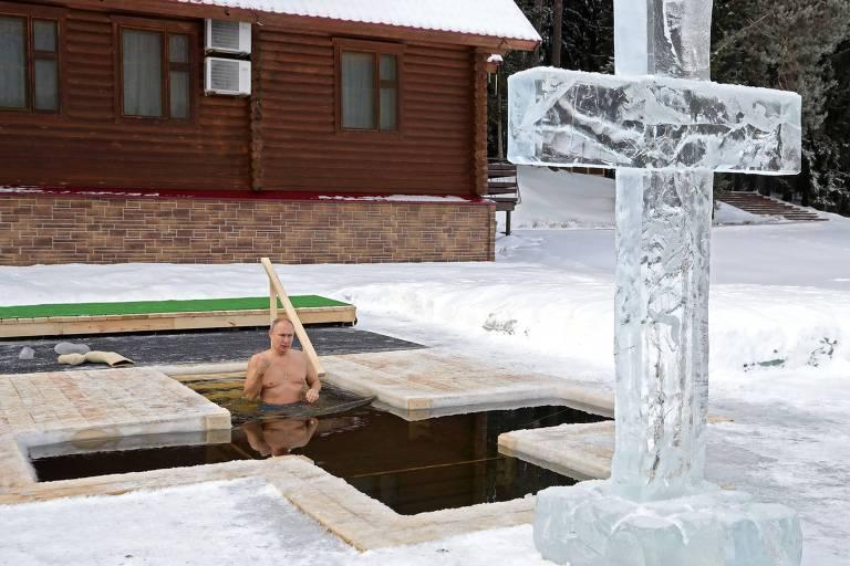 Putin entra em uma abertura criada no meio de um lago congelado perto de Moscou para celebrar a festa ortodoxa da Epifania