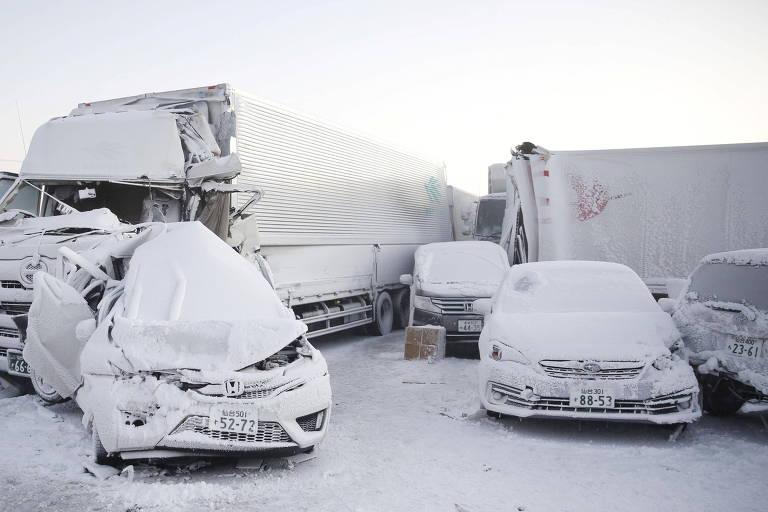 Veículos afetados pelo engavetamento de neve no distrito de Miyagi, no Japão