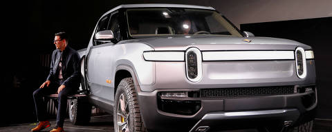 FILE PHOTO: Rivian CEO R.J. Scaringe introduces his company's R1T all-electric pickup truck at Los Angeles Auto Show in Los Angeles, California, U.S. November 27, 2018.  REUTERS/Mike Blake/File Photo ORG XMIT: FW1