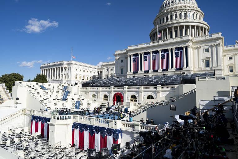 Palco montado com as cores da bandeira dos EUA em frente ao prédio do Congresso americano