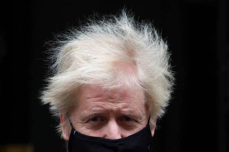 Retrato de Boris de máscara preta e com os cabelos totalmente espetados pelo vento