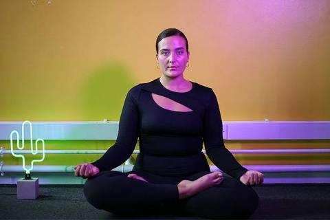 Nicki Briant faz ioga para lidar com a ansiedade criada pela pornografia