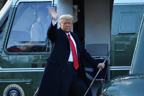 Em clima de campanha, Trump deixa Washington com promessa de voltar 'de alguma forma'