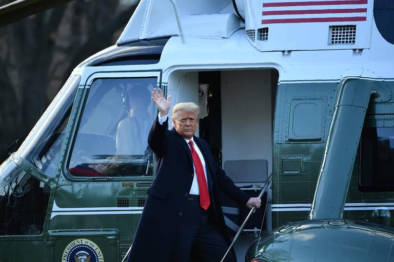Presidente acena na porta de helicóptero