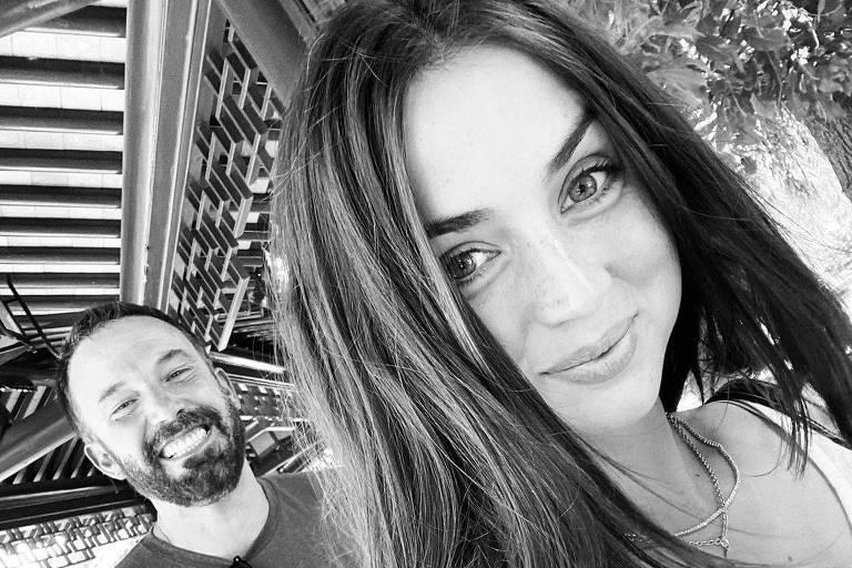 Foto em preto e branco de Ben Affleck e Ana de Armas
