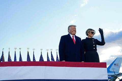 Outgoing US President Donald Trump and First Lady Melania Trump address guests at Joint Base Andrews in Maryland on January 20, 2021. - President Trump and the First Lady travel to their Mar-a-Lago golf club residence in Palm Beach, Florida, and will not attend the inauguration for President-elect Joe Biden. (Photo by ALEX EDELMAN / AFP)