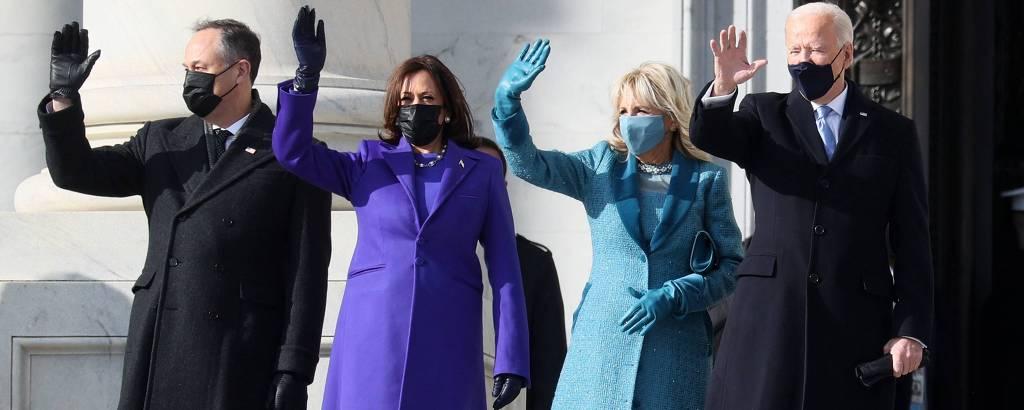 Da dir. para a esq., o presidente Joe Biden, a mulher, Jill, e a vice, Kamala Harris, com o marido, Doug Emhoff, na entrada do Capitólio