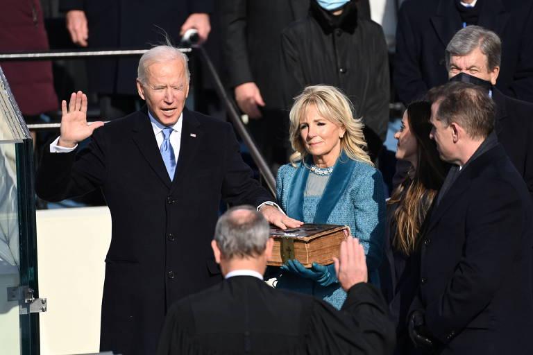 Ao lado de sua mulher Jill, Biden faz juramento para assumir o cargo de presidente com mão sobre a Bíblia