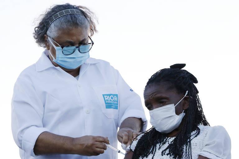 Terezinha da Conceição, 80, recebendo a primeira dose da vacina