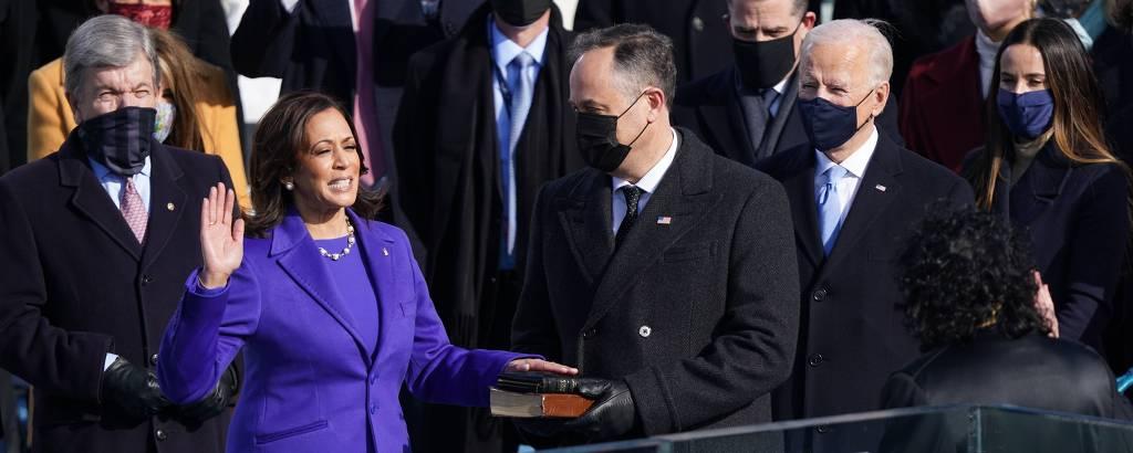 A nova vice-presidente dos EUA, Kamala Harris, faz seu juramento de posse observada pelo marido, Doug Emhoff 