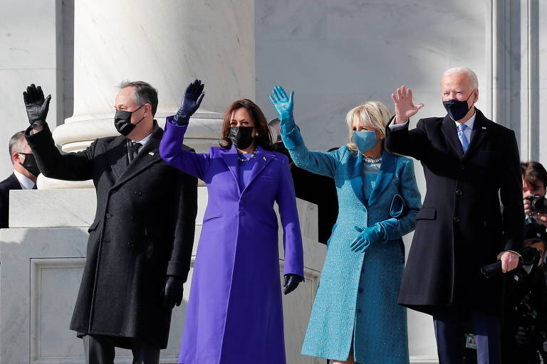 A vice-presidente Kamala Harris (à esq.) e a primeira-dama Jill Biden acenam ao lado dos maridos