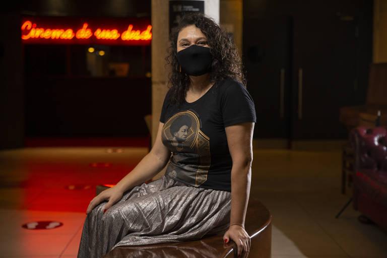 Diretora de arte Rosangela Vicente, 47, posa no Cine Sala, em Pinheiros, que costumava visitar com frequência antes da pandemia