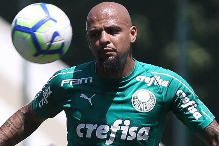 O volante-zagueiro Felipe Melo, do Palmeiras, que é apoiador do presidente Jair Bolsonaro, domina a bola no CT do clube, em São Paulo