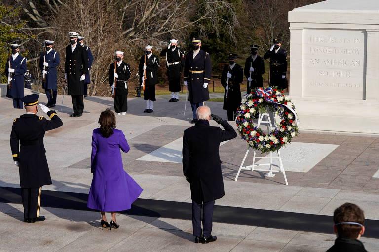 A vice-presidente Kamala Harris e o presidente Joe Biden prestam homenagem no monumento ao Soldado Desconhecido, no cemitério de Arlington