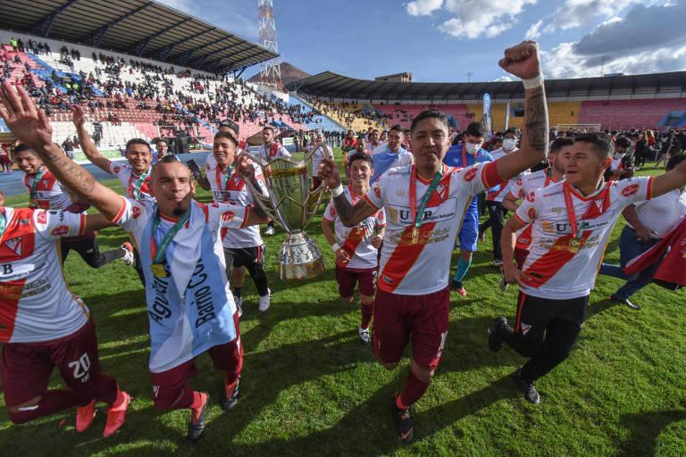 Jogadores do Always Ready comemoram o título do Apertura em 2020, no estádio Municipal El Alto