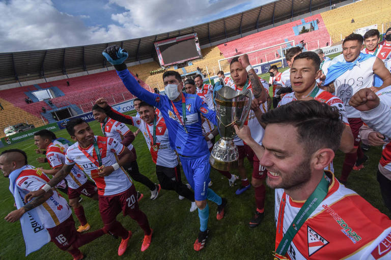 Titular da seleção boliviana, o goleiro Carlos Lampe, que teve Covid-19, comemora de máscara o título