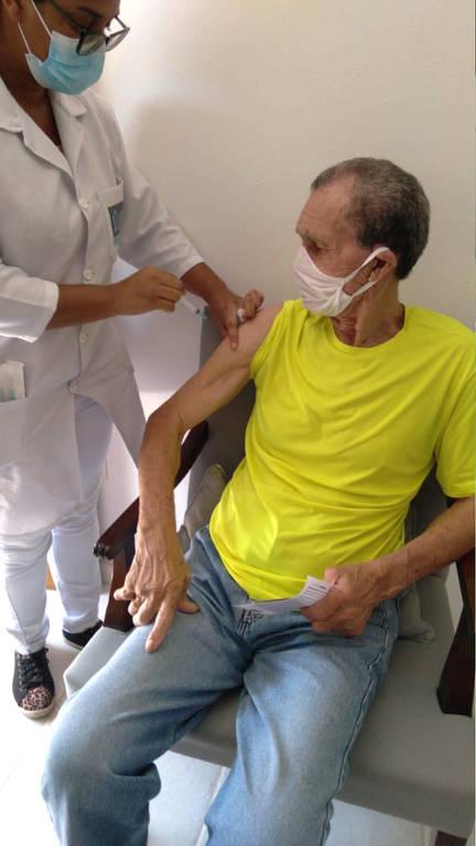 Manga, 83, goleiro da seleção brasileira na Copa do Mundo de 1966 e ídolo do Botafogo, recebe vacina para Covid no Rio de Janeiro