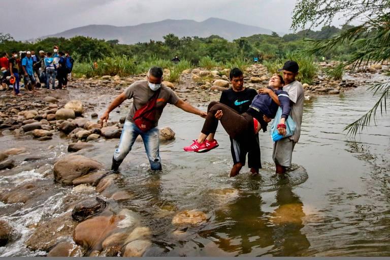 Venezuelanos tentam cruzar a fronteira para entrar na cidade colombiana de Cúcuta
