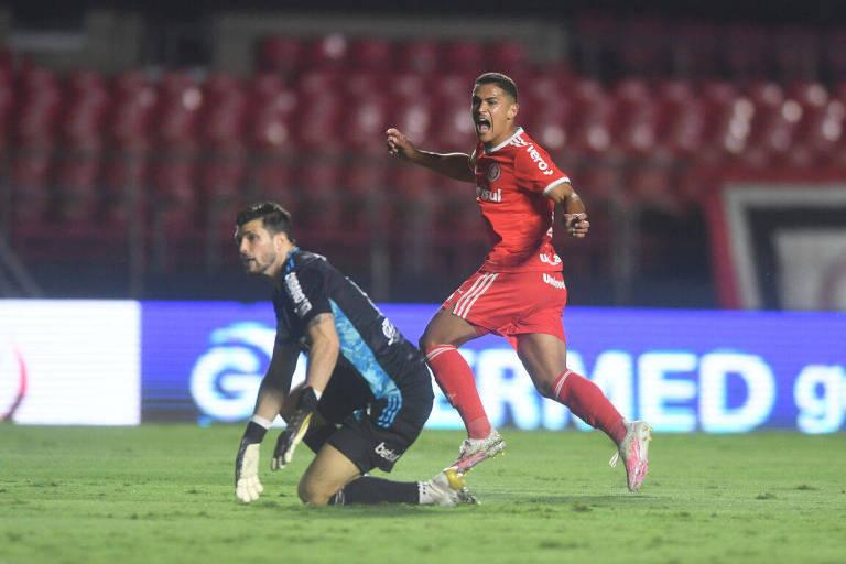 Enquanto o goleiro Tiago Volpi lamenta, o meia Caio Vidal comemora o seu gol, o segundo do Internacional na goleada por 5 a 1 sobre o São Paulo, no estádio do Morumbi