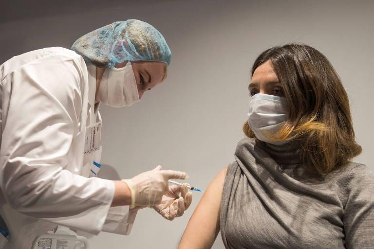 Enfermeira aplica a Sputnik V em um centro de vacinação na famosa loja de departamentos GUM, na frente do Kremlin de Moscou