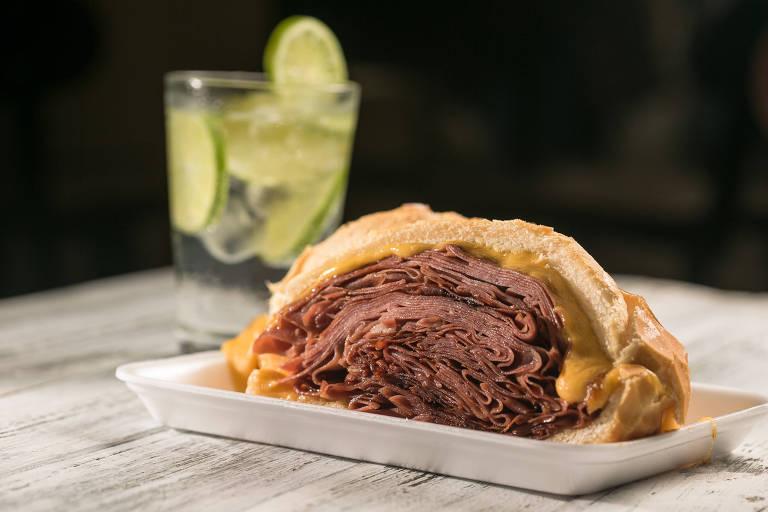 Veja fotos do sanduíche de mortadela servido no Bar do Mané, no Mercadão