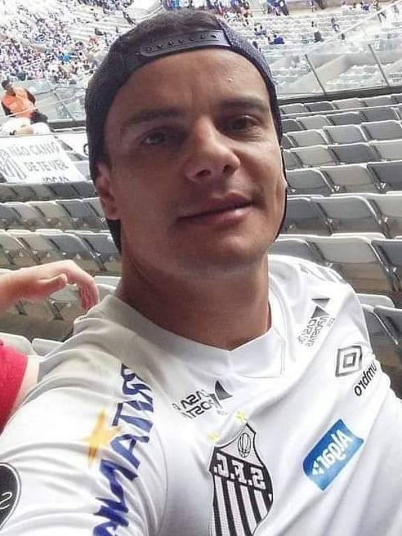 Homem com a camisa do Santos em selfie tirada em estádio
