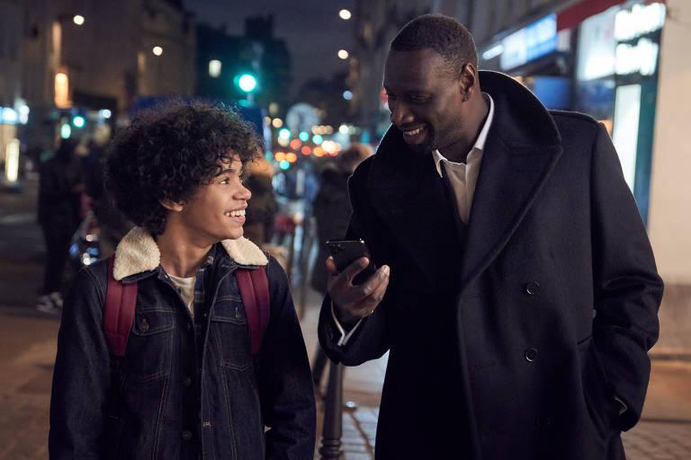 Cenas da 1ª temporada de Lupin com Omar Sy (Assane Diop) e Ludivine Sagnier (Claire)